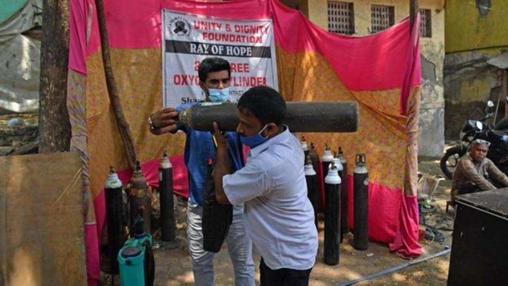 Một điểm cung cấp oxy miễn phí cho người nghèo tại Mumbai
