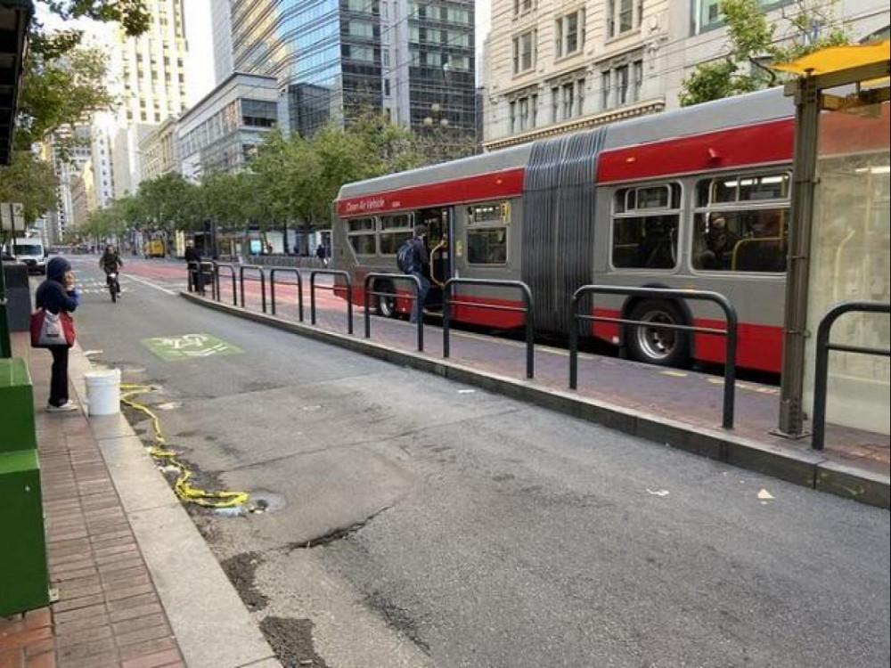 Hai người phụ nữ gốc Á, trong đó có một người ngoài 80 tuổi, bất ngờ bị đâm khi đang đứng chờ xe buýt tại một con phố ở San Francisco