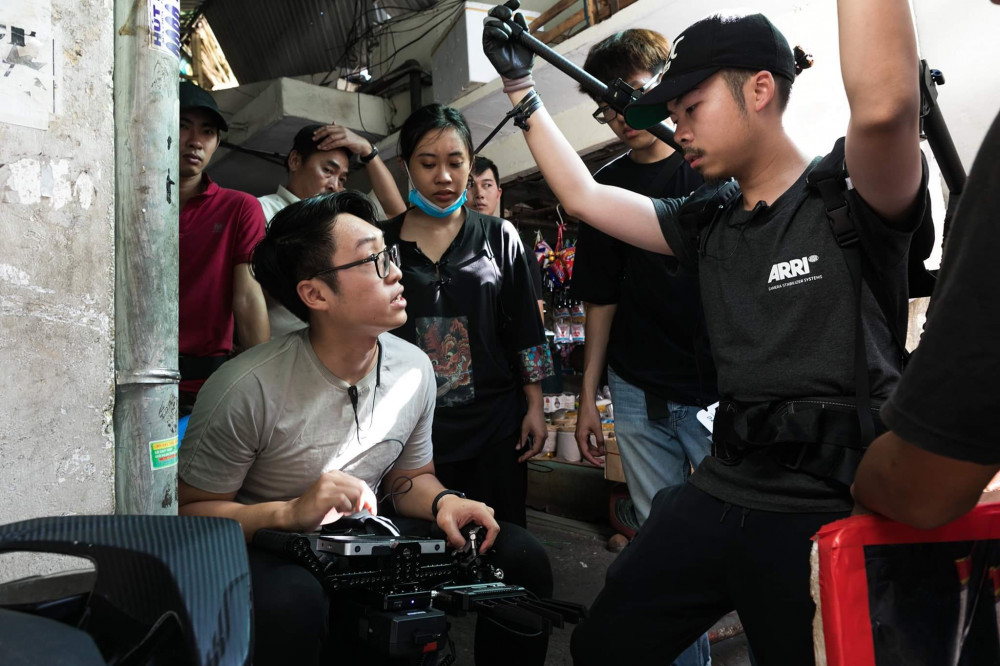 Khôi Nguyên (áo xám) trên phim trường