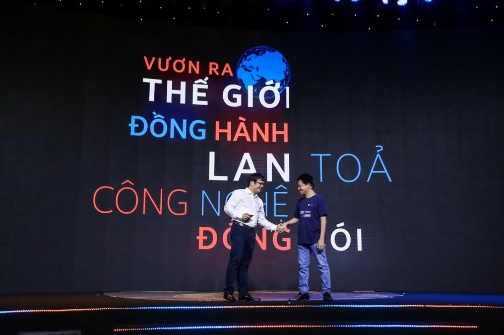Đại diện FPT và Base.vn và cú bắt tay hợp lực chuyển đổi số cho doanh nghiệp Việt Nam. Ảnh: FPT