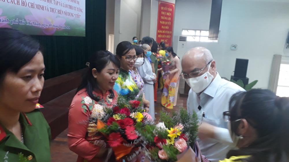 Ông Phan Nguyễn Như Khuê, Trưởng ban Tuyên giáo thành ủy TP.HCM trao bằng khen cho các cá nhân tiêu biểu