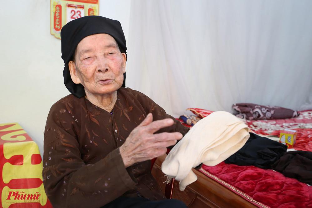 Nghệ nhân Trần Thị Phụng và chiếc thắt lưng được bà mua từ năm 1945