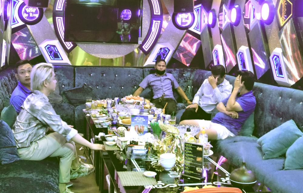 Phòng phục vụ hát karaoke tại nhà hàng The King bị phát hiện tối 4/5. Ảnh: suckhoedoisong.vn