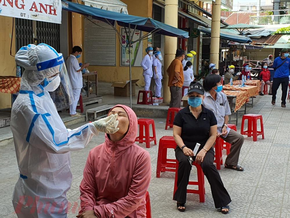 Trong sáng nay, lực lượng y tế quận Sơn Trà và thành phố Đà Nẵng đã tổ chức lấy mẫu xét nghiệm COVID-19 cho hơn 400 tiểu thương buôn bán tại chợ. Trong quá trình lấy mẫu người dân đều giữ khoảng cách và tuân thủ quy định phòng, chống dịch.
