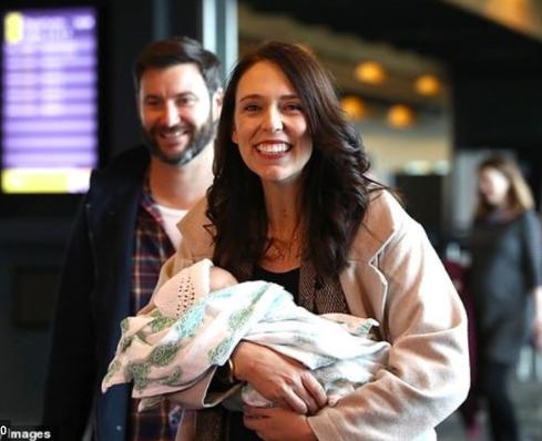 Thủ tướng Jacinda Ardern cùng vị hôn phu và con gái nhỏ