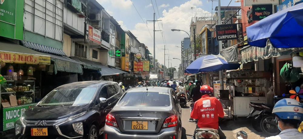 Lòng đường nhỏ hẹp, hàng quán lấn chiếm, xe để dưới lòng đường khiến giao thông qua khu vực này luôn xảy ra tình trạng kẹt xe nhất là giờ trưa và lúc tan tầm.