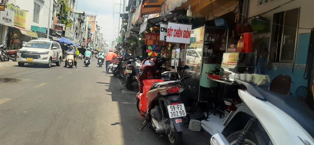 Nhiều hàng quán quầy hàng trưng ra sát lề đường vốn đã chật hẹp
