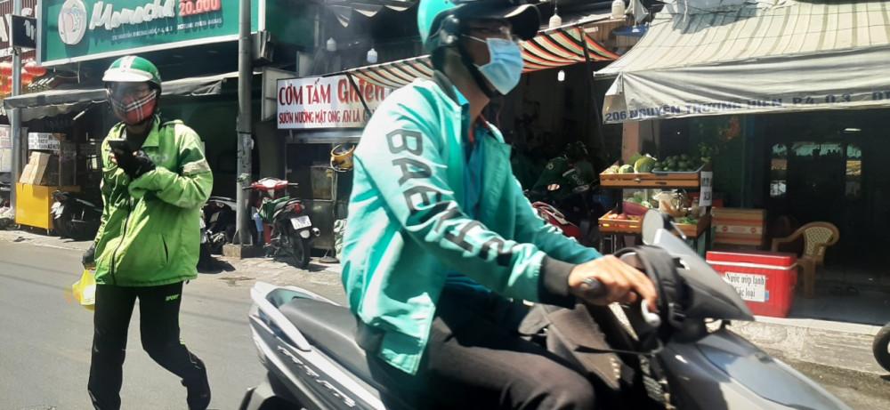 Các shiper công nghệ tập trung đông tại quán cơm tấm để lấy hàng trên đường Nguyễn Thượng Hiền