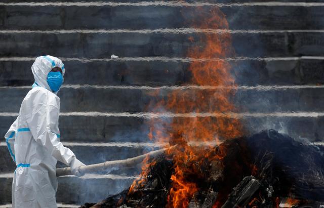 Vì không có không gian bên trong lò hỏa táng do sức chứa hạn chế nên thi hài của những người đã khuất đang được đốt gần bờ sông Bagmati, trong Khuôn viên của ngôi đền Pashupatinath.