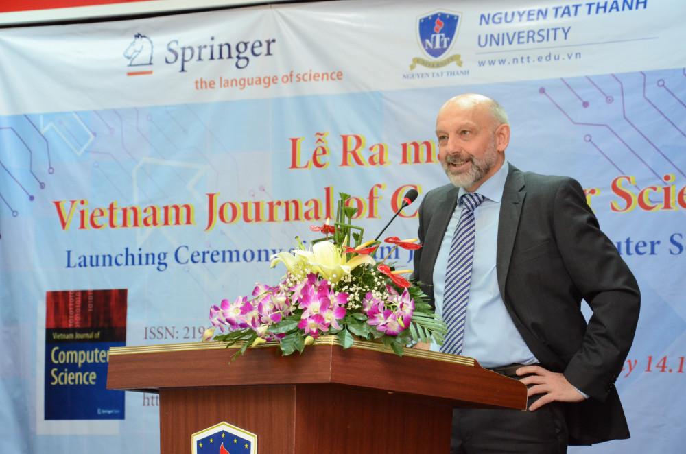 TS Alfred Hofmann - phó giám đốc Nhà xuất bản Springer - trong lễ ra mắt VJCS
