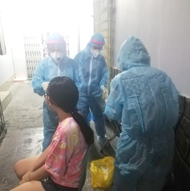 Lấy mẫu xét nghiệm COVID-19 cho những trường hợp tiếp xúc với ca dương tính tại Campuchia trở về cư trú tại quận 11,TPHCM