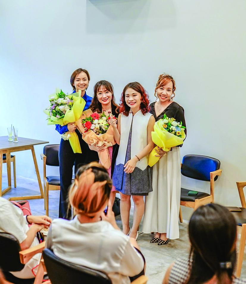 Với chị Thảo Trinh (thứ hai từ phải qua), mỗi câu chuyện, mỗi cuộc đời đều có giá trị ngang nhau