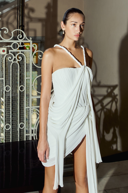 Bộ váy màu trắng khiến người xem mê đắm vì những đường gấp nếp, xếp li điệu đà.