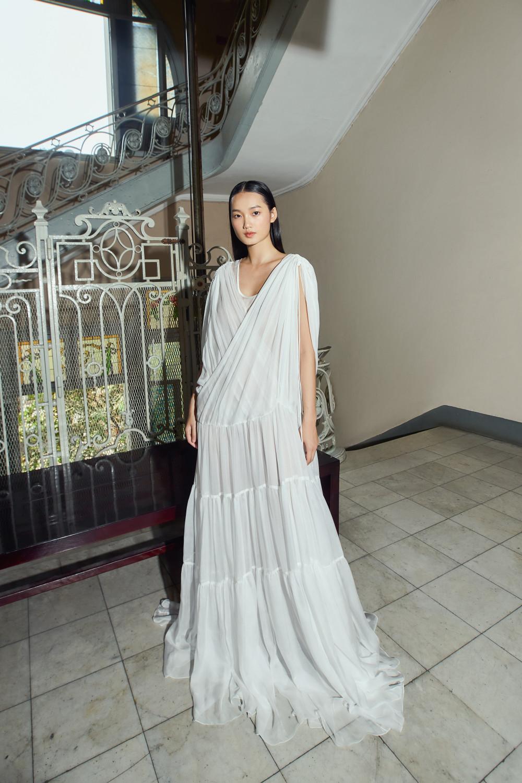 Bộ váy với phom dáng rộng cơ bản dưới bàn tay của Công Trí trở nên đặc biệt hơn nhờ