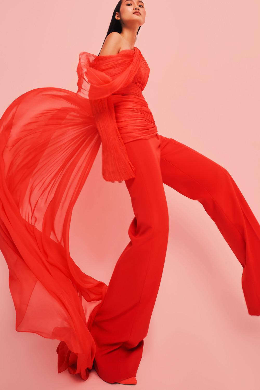 Quần ống loe phối cùng áo quây mỏng manh trông vừa thanh lịch không kém phần gợi cảm.