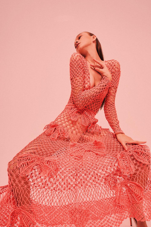 Chiếc váy càng trở nên táo bạo với đường xẻ sâu hút. Trên nền váy, những chi tiết nơ cũng được khắc hoạ khá khéo léo, tạo nên sự duyên dáng.