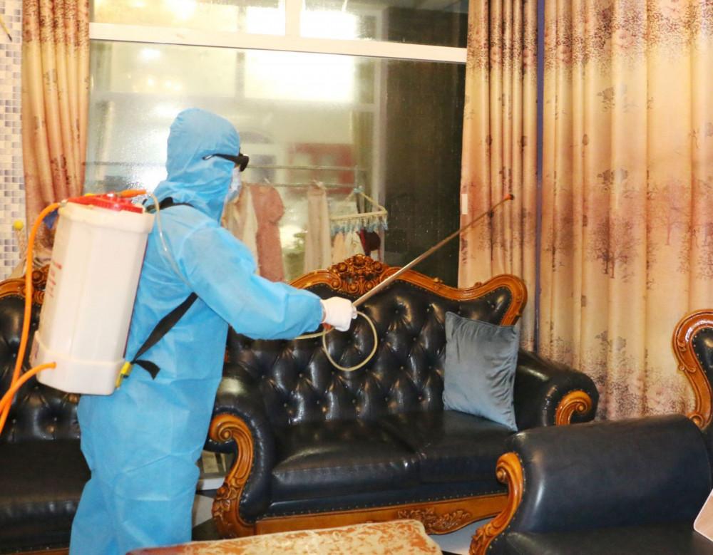 Lực lượng chức năng phun khử khuẩn nhà các bệnh nhân