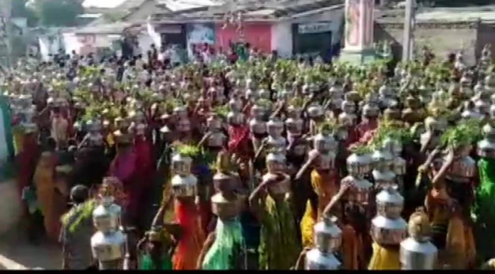 """Những người sùng đạo đội nồi kim loại diễu hành về ngôi đền Baliyadev ở làng Nidradh gần đó để """"làm phép"""" giải trừ tác hại của đại dịch - Ảnh: india.com"""