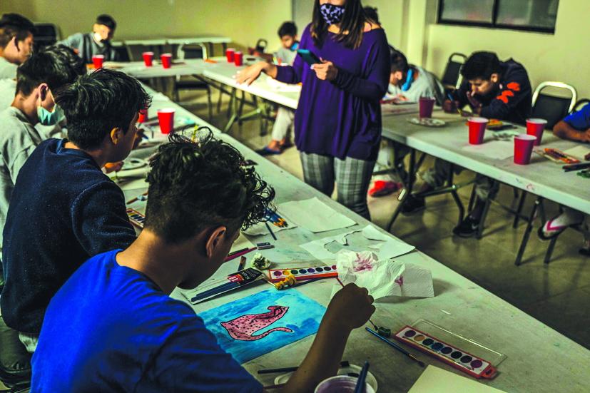 Những đứa trẻ di cư tham gia lớp học nghệ thuật ở một trại trú ẩn thuộc thành phố Ciudad Juárez, Mexico