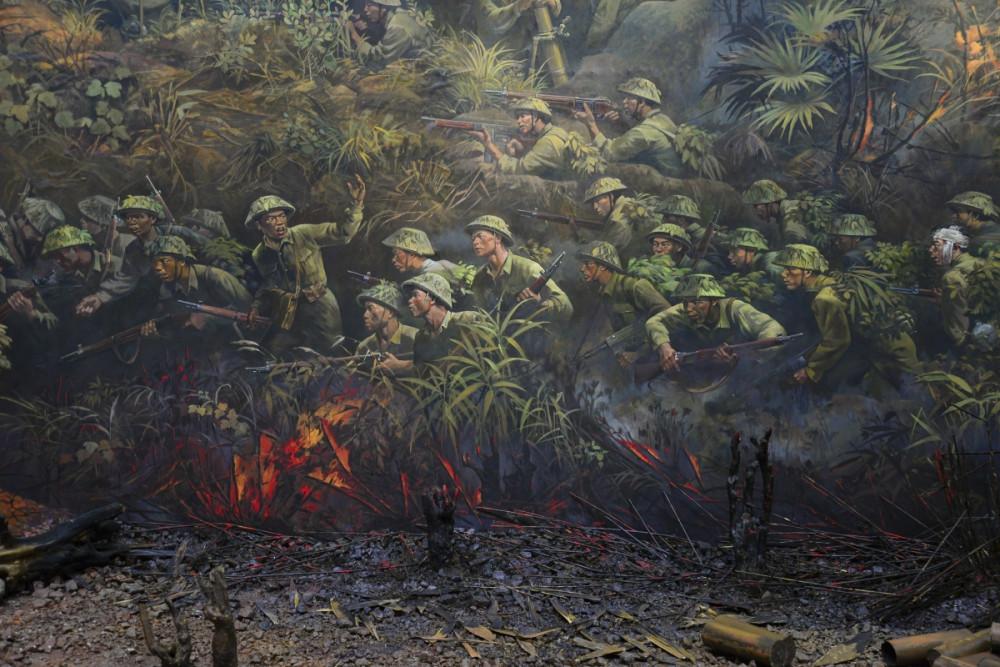 Những nét vẽ sống động kết hợp với hiện vật khiến người xem xúc động bởi sự hy sinh của các chiến sĩ. Hoạ sĩ Nguyễn Văn Mạc, người chủ trì thực hiện bức tranh này cho biết dự án đã được lên ý tưởng từ năm 2014. Sau đó 1 năm thì đề cương được hoàn thiện, sau đó vẽ phác thảo trên nền vải với chiều cao 2,3 mét. Tỉnh Điện Biên sau đó cũng đã thành lập hội đồng nghệ thuật với những chuyên gia mỹ thuật hàng đầu của Việt Nam, tổ chức các hội thảo với sự có mặt của những cựu chiến binh từng tham gia Chiến dịch Điện Biên Phủ, các nhà sử học, nhà báo để cùng tham gia đóng góp ý kiến.