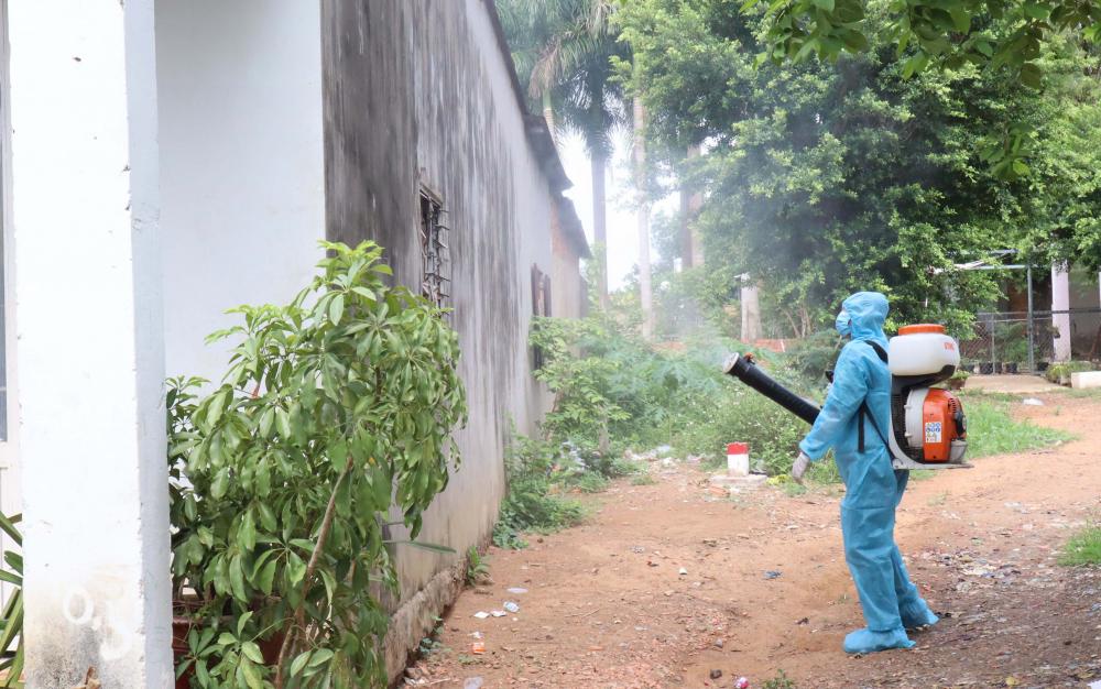 Nhân viên y tế thành phố Đồng Xoài phun khử khuẩn các trường hợp F1