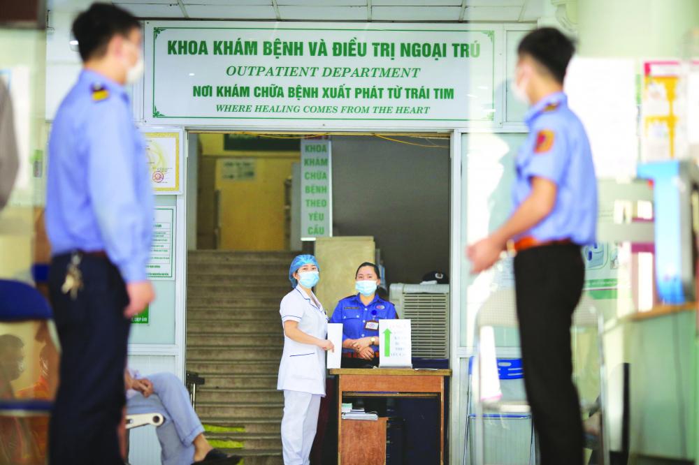 Công tác quản lý khám, chữa bệnh được siết chặ t tại Bệnh viện Bệnh nhiệt đới Trung ương cơ sở 1 sau mộ t ngày đóng cửa ẢNH: BẢO KHANG