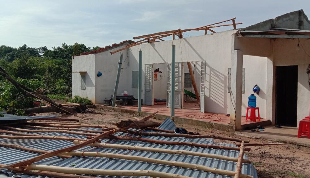 Giông lốc khiến nhiều căn nhà bị tốc mái