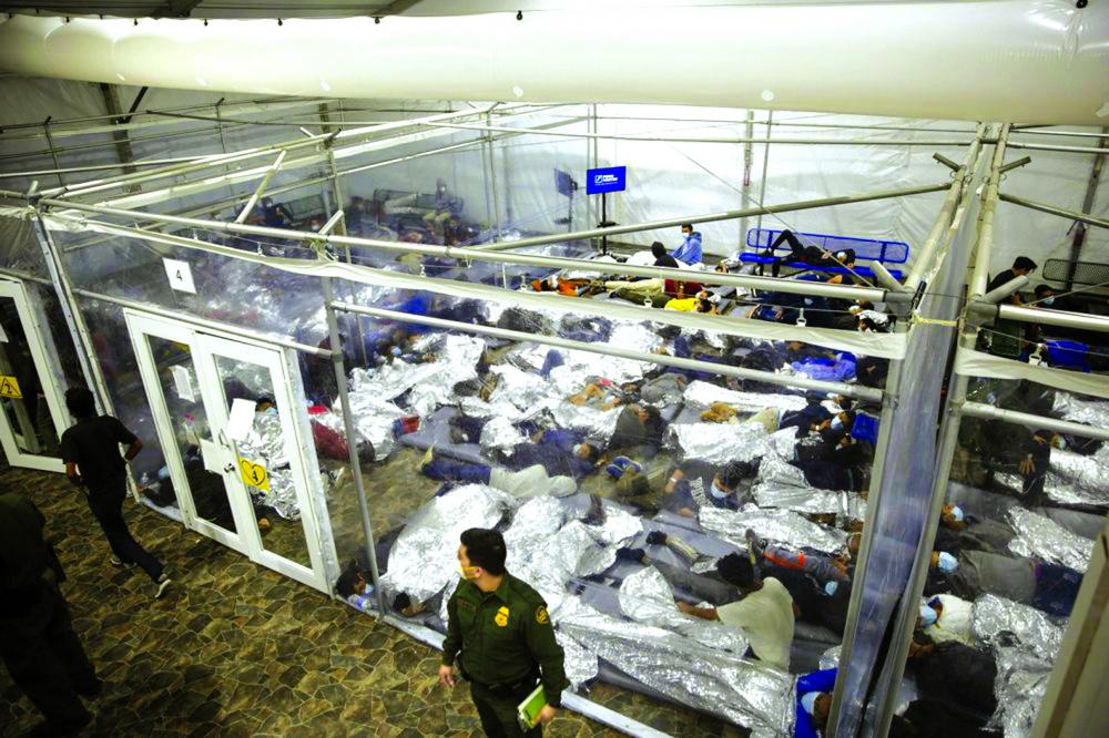 Những trẻ vị thành niên nằm trong buồng phân loại tại một trung tâm giam giữ dành cho trẻ em không có người đi kèm tại Thung lũng Rio Grande, do Cơ quan Hải quan và Bảo vệ Biên giới Mỹ (CBP) điều hành, ở Donna, Texas