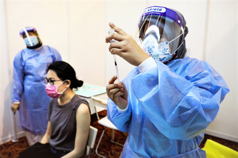 Nhân viên y tế chuẩn bị tiêm liều vắc-xin ngừa COVID-19 của AstraZeneca tại một trung tâm tiêm chủng ở Kuala Lumpur, Malaysia vào ngày 5/5 - Ảnh: Reuters
