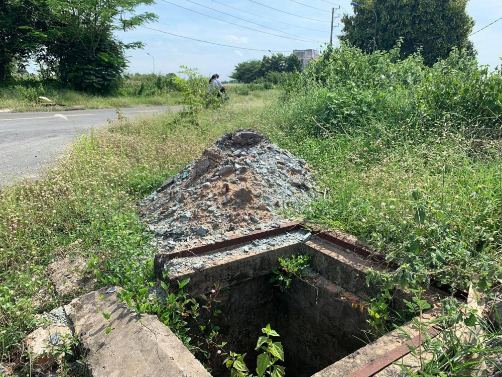 Công trình dang dở không nắp đậy nằm ngay mặt đường vào UBND phường Chánh Mỹ