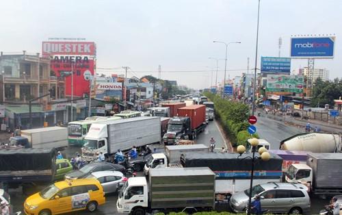 Quốc lộ 22 nối TPHCM và Tây Ninh thường xuyên ùn tắc do quá tải