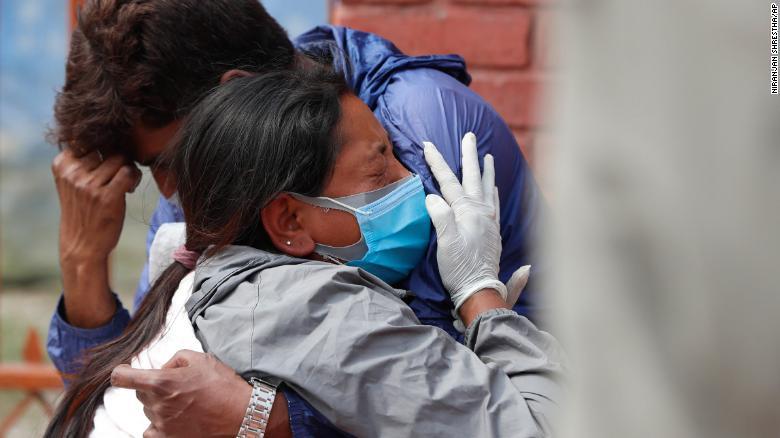 Thân nhân của người chết vì COVID-19 đau đớn tại một lò hỏa táng ở Kathmandu, Nepal