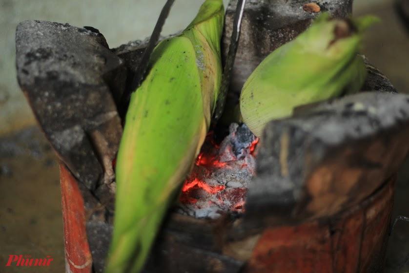 Bắp bẻ xong, để nguyên cả vỏ, nướng trên lửa.