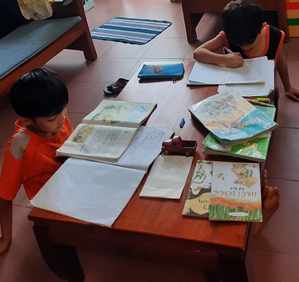 Học sinh học bài hối hả trong đêm để thi...chạy dịch