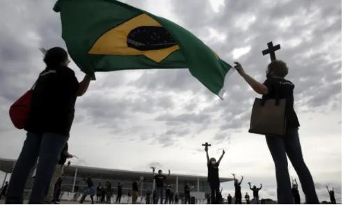 Những người biểu tình ở Brasília đã biểu tình vào cuối tuần để phản đối việc chính phủ xử lý đại dịch. Ảnh: Eraldo Peres / AP
