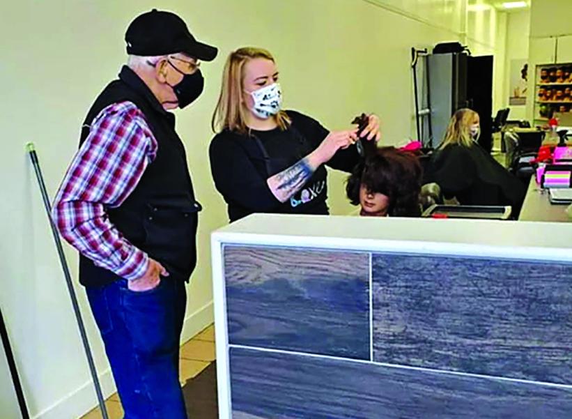 Người đàn ông 79 tuổi đang được hướng dẫn thực hành làm tóc  trên ma-nơ-canh - Ảnh: SWNS