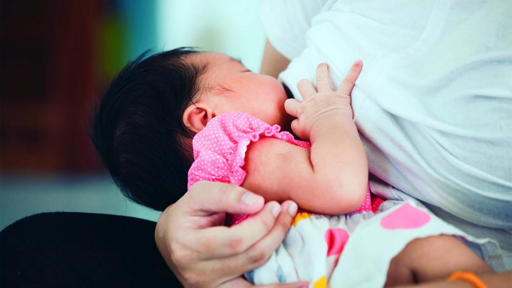Trẻ bú mẹ có sự phát triển tốt về tình cảm, tâm sinh lý. Những cái nhìn, tay ôm của bé khi sờ vào da thịt, bầu vú mẹ mang đến cảm giác  ấm áp và được yêu thương mà trẻ bú bình không có được