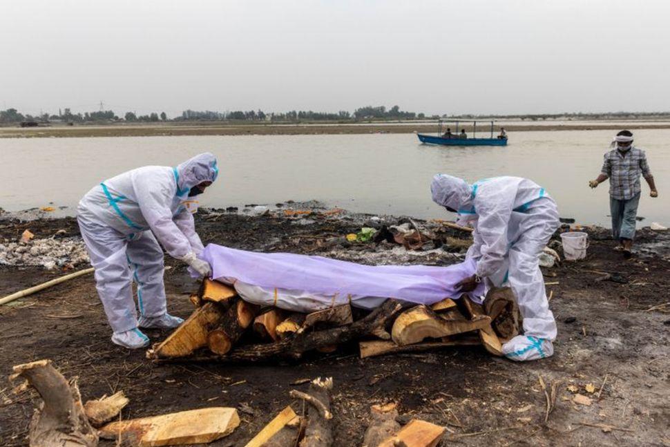 Thi thể nạn nhân mắc COVID-19 chuẩn bị được hỏa táng tại  ở bang Uttar Pradesh, Ấn Độ.