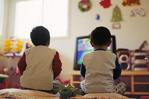 Trẻ xem xem tivi rất dễ gây nghiện và dẫn đến những tác hại đáng sợ cho sức khỏe
