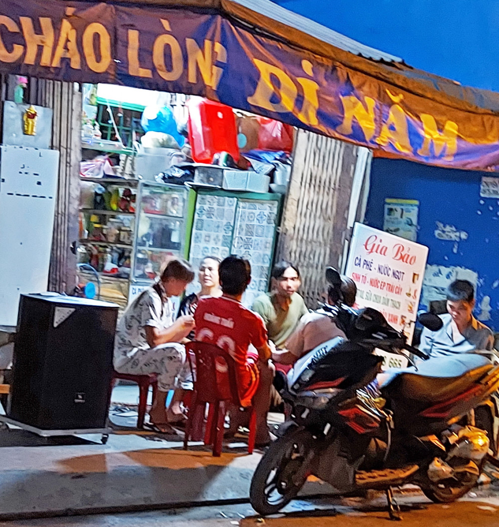 Người dân hát karaoke bằng loa kéo ở vỉa hè đường Sinco vào tối 5/5