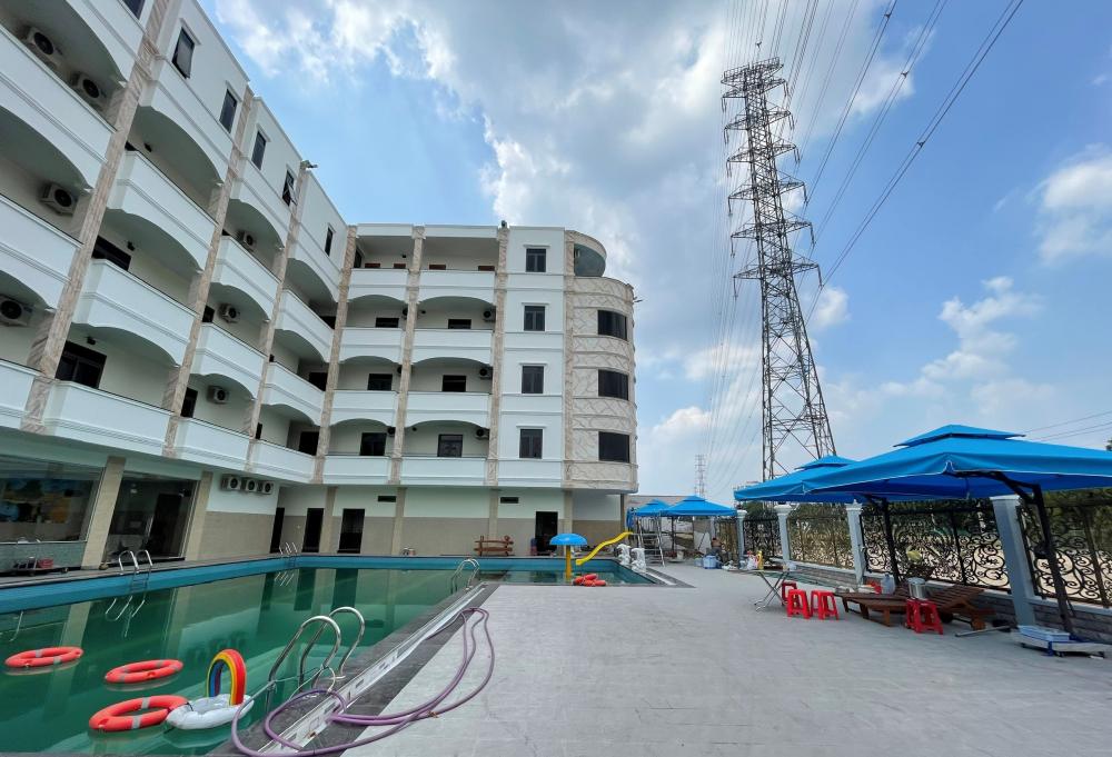 Bên trong ngôi nhà cũng đã hoàn thành hồ bơi lớn, hàng chục vách ngăn tòa nhà thành từng căn hộ