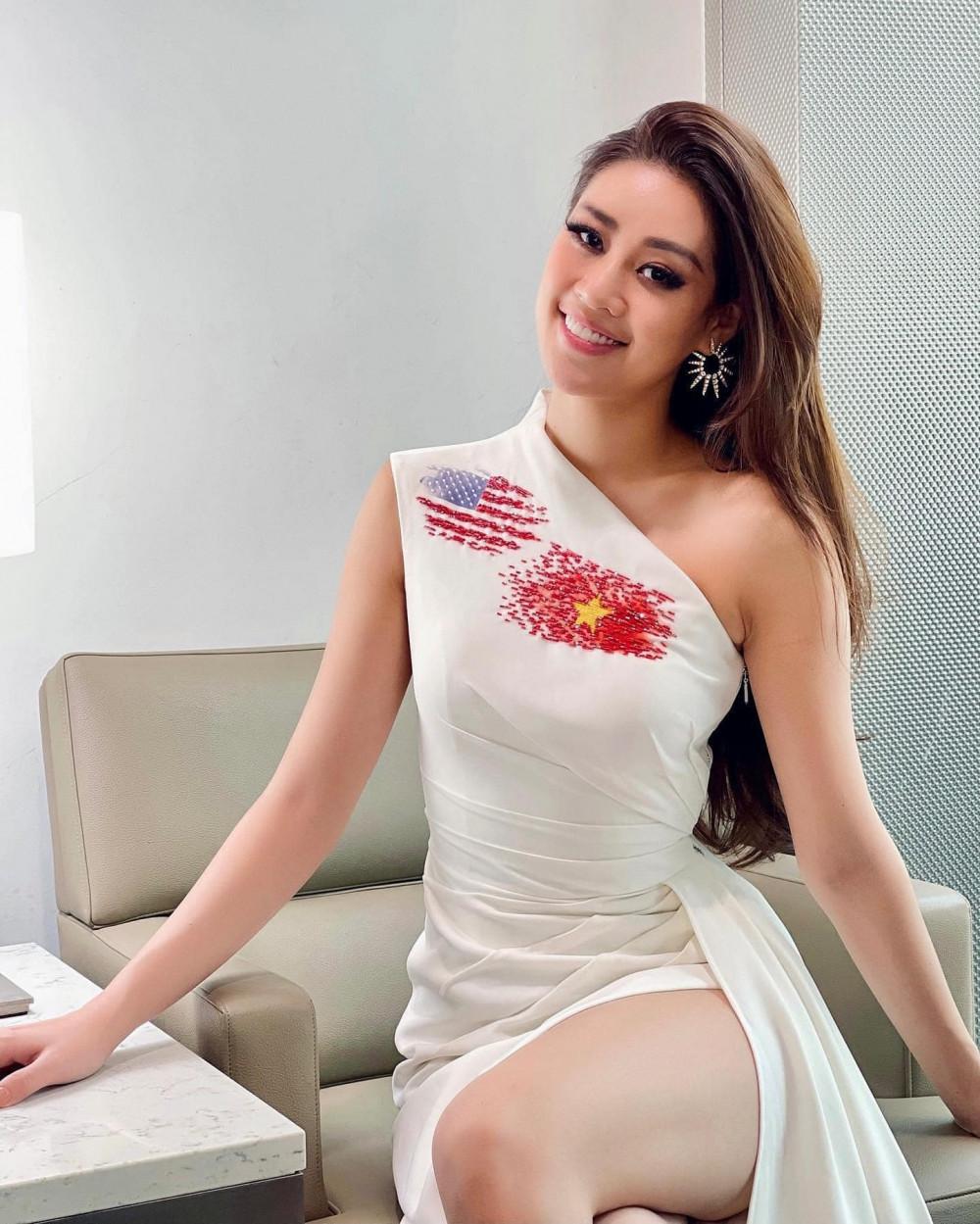 Điểm nhấn của bộ váy là quốc kỳ Việt Nam và Mỹ được thực hiện bằng phương pháp đính kết rất tinh tế.