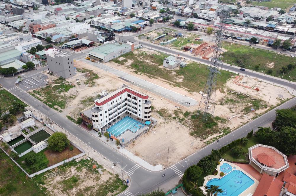 Cụ thể, tòa nhà nằm trên khu đất số 41, 43, 45, lô DV06C, đường NA12 - Khu dân cư Việt Sing, phường Bình Hoà, TP. Thuận An, tỉnh Bình Dương.