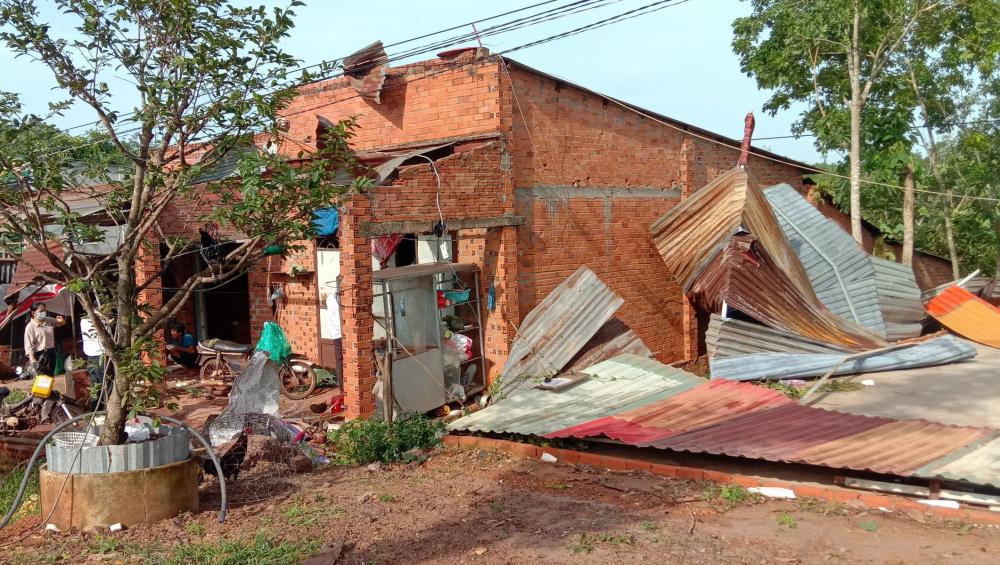 Nhiều căn nhà bị sập, tốc mái hoàn toàn