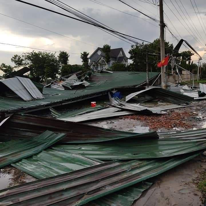 Tôn mái nhà bị giông lốc cuốn bay đầy đường ở huyện Chơn Thành