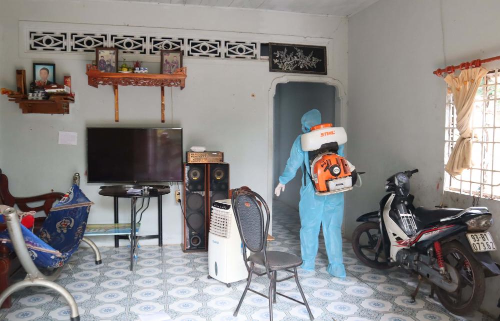 Nhân viên y tế thành phố Đồng Xoài nhanh chóng phun khử khuẩn tại nhà các trường hợp F1