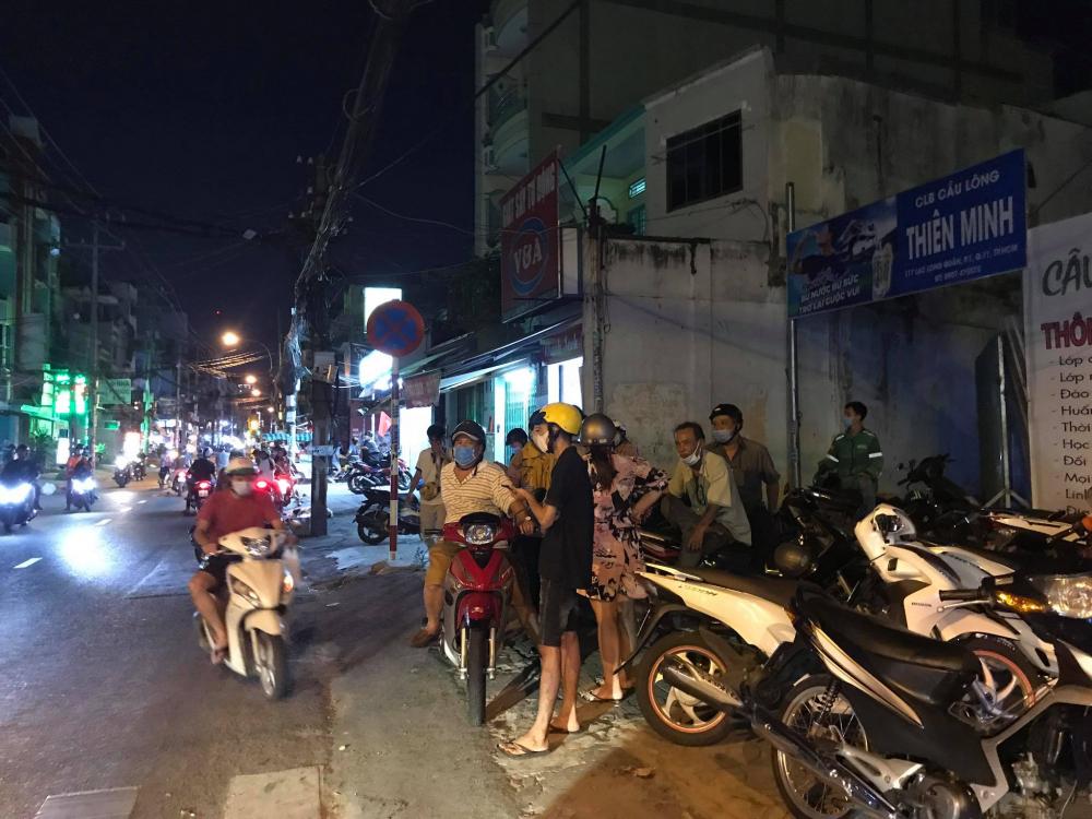 Người dân xung quanh khu vực vụ cháy vẫn chưa hết bàng hoàng khi hay tin 8 người tử vong.