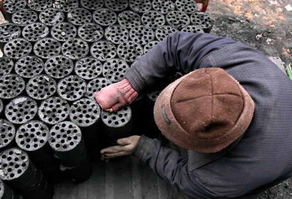 Người dân Trung Quốc vẫn còn sử dụng chất đốt phát thải nhiều khí nhà kính - Ảnh: Getty Images