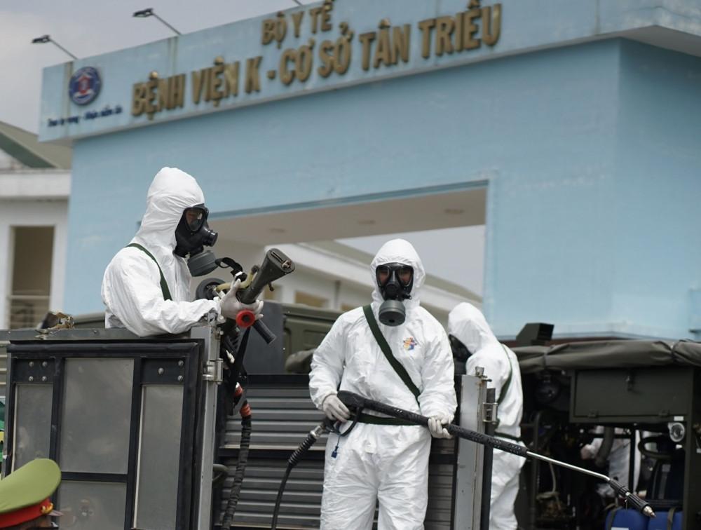 Phun khử khuẩn tiến vào Bệnh viện K - Ảnh: Bảo Khang