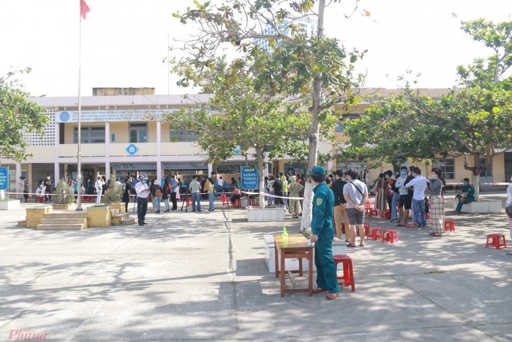 Sáng 7/5, Trung tâm Y tế quận Sơn Trà phối hợp các đơn vị, địa phương liên quan tiến hành lấy mẫu xét nghiệm virus SARS-CoV-2 cho những trường hợp có nguy cơ là nhân viên, người làm việc tại các vũ trường, karaoke, spa, massage trên địa bàn quận.